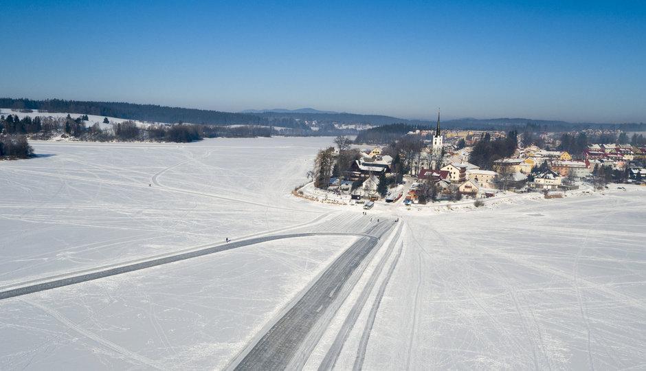 Ledová dálnice na Lipně: Ukážeme vám ji v plné kráse z dronu