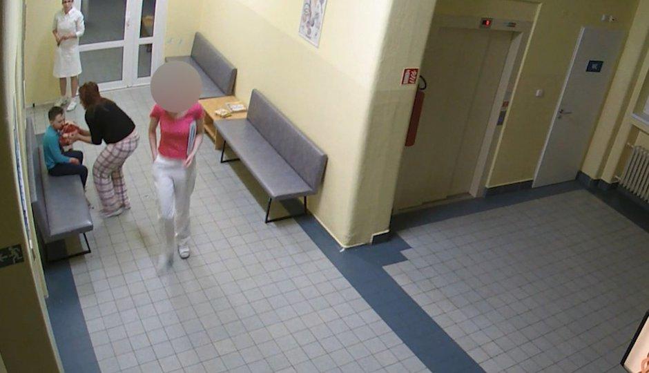 Neuvěřitelné záběry lékařky z Pardubic: Adámka (10) nechala krvácet a šla dál! Upadl do kómatu a má poškozený mozek!