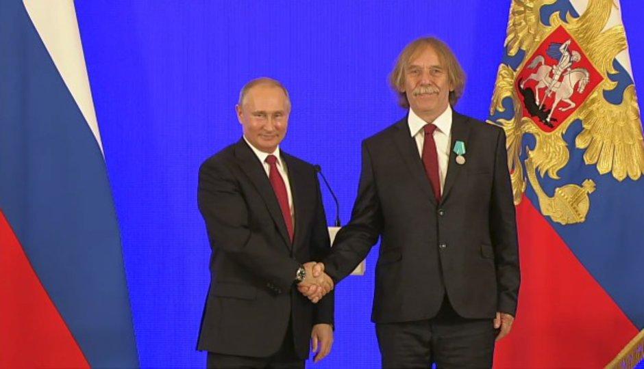 Putin ocenil Nohavicu medailí. Český písničkář rusky poděkoval a zazpíval