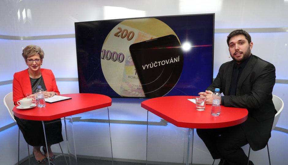 """Ministryně """"drahých dat"""" Nováková: Štve mě, že sama platím za telefon hodně. Skončit nehodlám"""