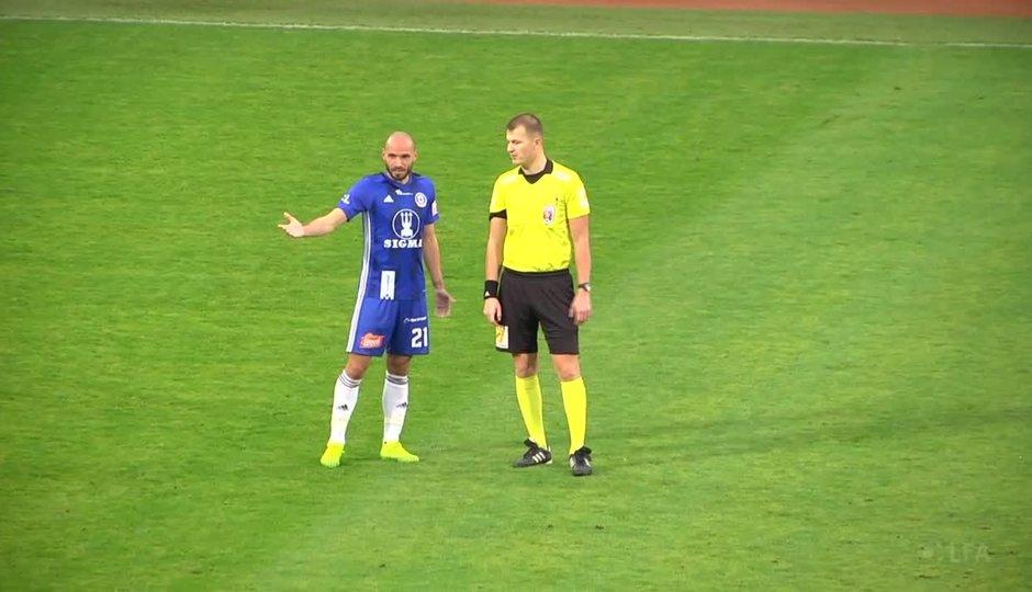 """""""Rozevlátý"""" sudí Houdek? Porovnejte si jeho výkon v Olomouci s předchozími zápasy"""