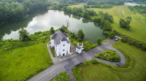 Dron natočil kostel, který se propadl o 37 metrů. Najdete ho v Karviné
