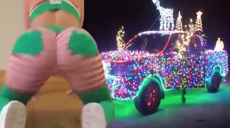 Vánoční bizáry ze světa: Twerkující rolničky a šílenci s výzdobou
