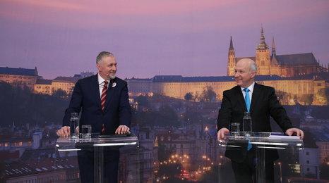 Budou Češi platit eurem? Fischer je pro, Topolánek odkládá na neurčito