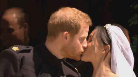 Už jsou svoji: Princ Harry si vzal svou Meghan! Takový byl jejich první manželský polibek!