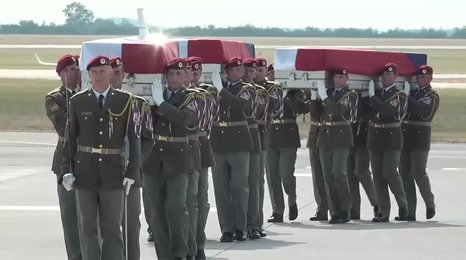 Vojáci nesou rakve svých padlých kolegů