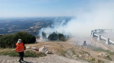 Na Ještědu hoří: Hotel museli zavřít, hasiči mají strach z rozšíření plamenů