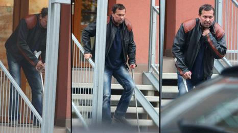 Zbědovaný Pomeje sotva chodí! Podívejte se, jakou námahu mu dělají schody!