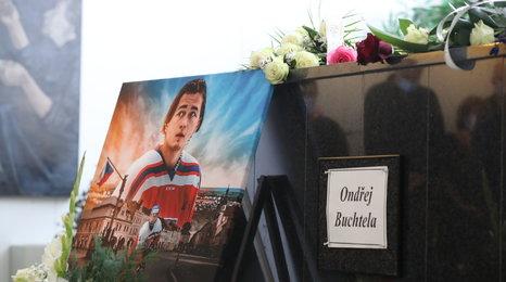 Sbohem, Ondro! Desítky lidí se loučily s Buchtelou, jehož zabila rakovina