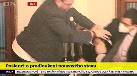 Rvačka ve Sněmovně kvůli rouškám: Poslanec Volný se vrhl na předsednický pultík! Pěsti létaly