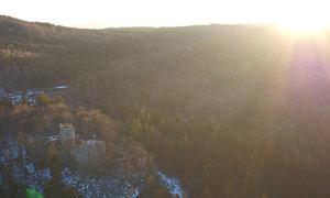 Zřícenina Valdek z dronu. Točili tady F. L. Věk a jezdila sem Božena Němcová