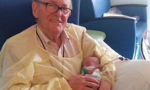 Tento muž vyměnil důchod za péči o novorozence