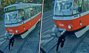 Tramvaj smetla studenta v Brně: Šokující video teď pouštějí dětem