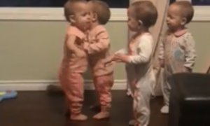 Takhle vypadá sourozenecká láska v podání čtyřčat!