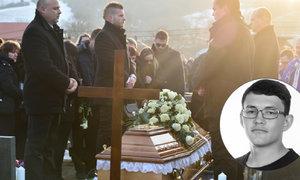 Rakev spustili do hrobu, rozezněly se zvony. Při emotivním loučení se zavražděným Kuciakem tekly slzy