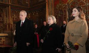 Zemanovi u ostatků sv. Václava: Kytici na hrobku donesla prezidentova dcera Kateřina