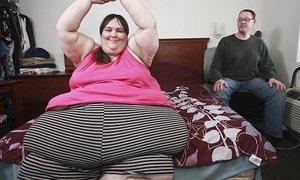 Váží skoro 350 kilogramů a přeje si být největší ženou světa. Její snoubenec ji v tom podoruje