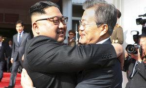 """Když Kim potkal Muna: Severní a Jižní Korea ukázaly světu """"doják"""""""