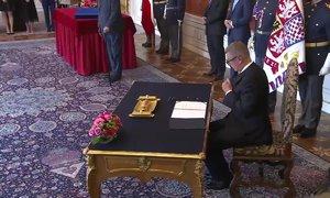 Babiš si na Hrad donesl vlastní pero: Takhle podepsal svůj slib