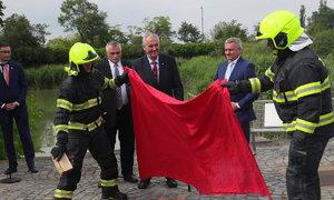 Estráda na Hradě: Zeman spálil červené trenky a vysmál se novinářům