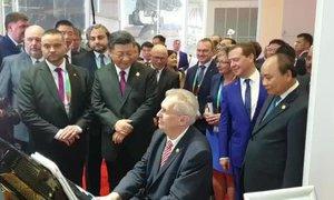 Zeman zahrál na klavír, jeho hře přihlíželi čínský prezident i ruský premiér
