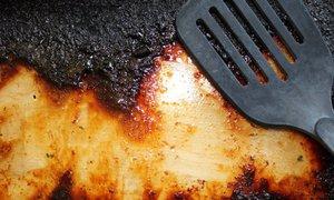 Jak vyčistit připálený hrnec, plech i pekáč? Pomůže obyčejná sůl nebo olej!
