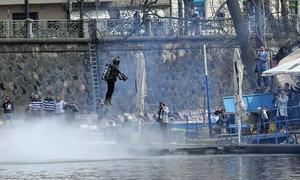 Vynálezce v raketovém obleku se prolétl nad Vltavou! Jako Iron Man!