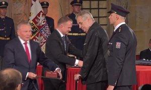 Zeman rozdal 42 vyznamenání: Jak to šlo prezidentovi od ruky?