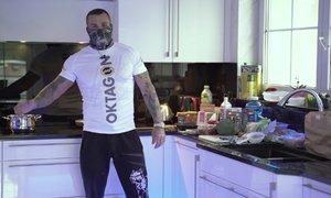 Vémolice v kuchyni. Slavný MMA zápasník ukázal, jak si chystá jídlo