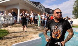 Velkolepá oslava narozenin! Terminátor Vémola skončil v bazénu!