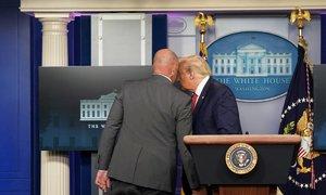 Trump musel přerušit tiskovku v Bílém domě. Kvůli střelbě ho ochranka stáhla do bezpečí