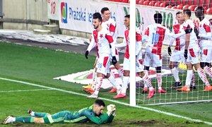 Slavia - Olomouc: Mandous chytil penaltu Kuchtovi, ten ale dorazil do sítě! 2:1