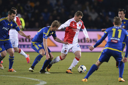 Muris Mešanovič se chystá ohrozit branku Jihlavy, Slavia ale na Vysočině gól dát nedokázala