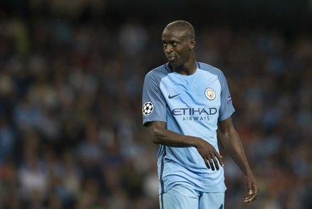 Yaya Touré v dresu Manchesteru City, kde pod trenérem Guardiolou nenastupuje