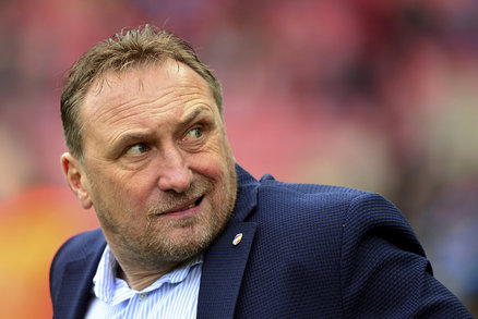 Trenér Plzně Zdeněk Bečka při zápase na Spartě neměl moc důvodů k úsměvům