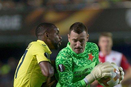 Jan Laštůvka sbírá míč před útočníkem Villarrealu Cedricem Bakambuem