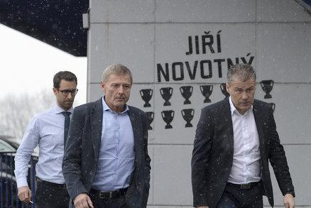 Zdeněk Ščasný a Pavel Hapal přicházejí na tiskovou konferenci