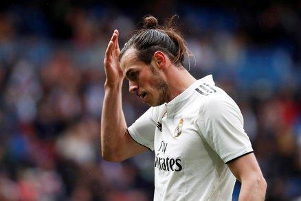 Rozmrzelý výraz křídelníka Garetha Balea v duelu s Eibarem
