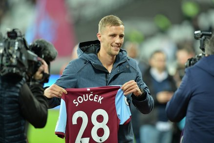 Tomáš Souček se představil fanouškům West Hamu před zápasem Premier League, ve kterém jeho nový tým hostil Liverpool.