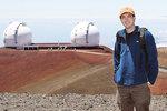 na objevu se podílely Keckovy dalekohledy na Havaji. Před  nimi stojí ve doucí vědeckého týmu Iair  arca vi